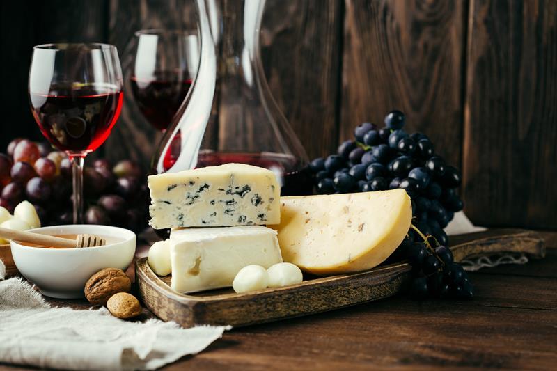 7 dicas para harmonizar vinhos e queijos